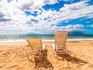 Tumbonas en la playa frente al mar