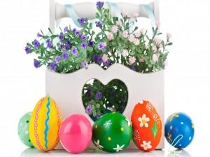 Cajón de madera con flores y huevos de Pascua
