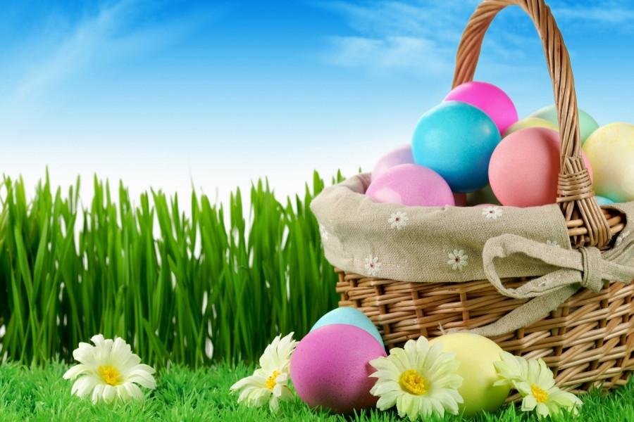 Cesta con huevos de Pascua sobre la hierba
