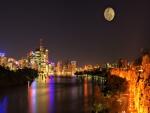 Noche de luna llena sobre la ciudad