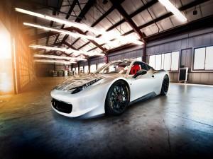 Ferrari 458 en una nave iluminada