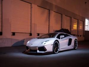 Lamborghini Aventador con las luces encendidas