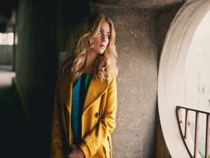 Guapa modelo con abrigo amarillo