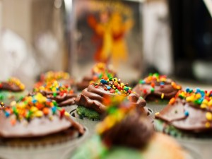 Cupcakes de chocolate y sprinkles de colores