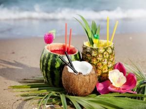 Cócteles frescos en la playa