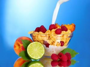 Deliciosos cereales con frutas y leche