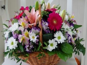 Cesta con maravillosas y coloridas flores