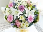 Colorido ramo de rosas, gerberas, lirios y crisantemos