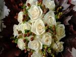 Bello ramo otoñal de rosas blancas