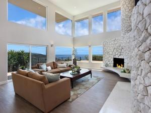 Sala de estar con sofás, chimenea y vistas al exterior