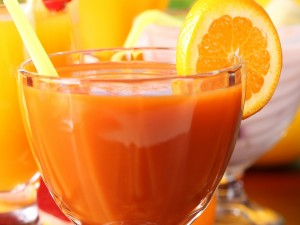 Taza con jugo de naranja