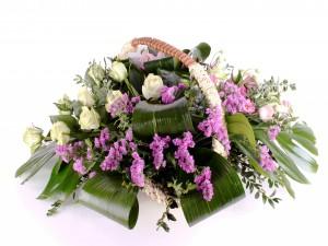 Esplendoroso ramo floral en una cesta