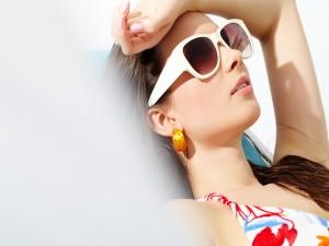 Chica descansando en la playa