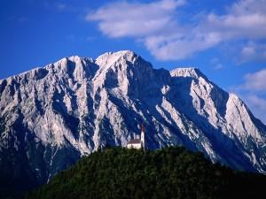 Iglesia en lo alto de la colina (Tirol, Austria)