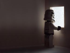 Soldado imperial mirando por la ventana