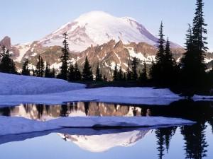 Montaña reflejada en el agua invernal