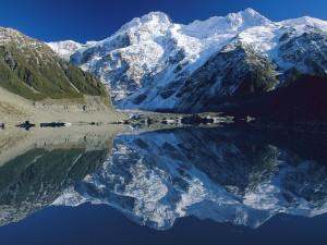 Hermosas montañas de Nueva Zelanda reflejadas en el lago