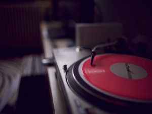 Disco de vinilo sonando en un tocadiscos