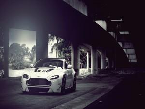 Un Aston Martin bajo un puente