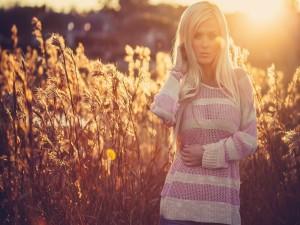 Mujer disfrutando del sol campestre