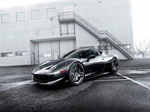 Ferrari 458 negro en una calle