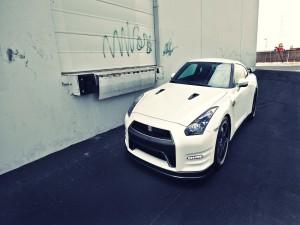 Nissan GTR blanco junto a un edificio