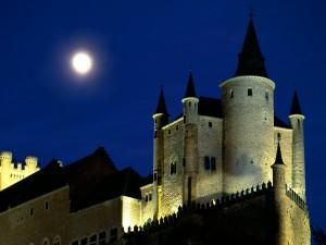 Luna llena sobre el Alcázar de Segovia