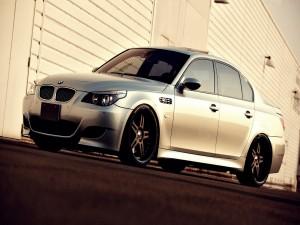 BMW M5 iluminado por el sol