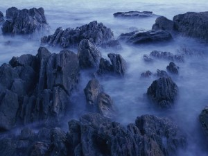 Bruma sobre las rocas