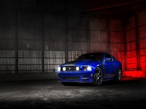 Un Ford Mustang de color azul