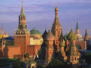 Sol iluminando los edificios de Moscú (Rusia)