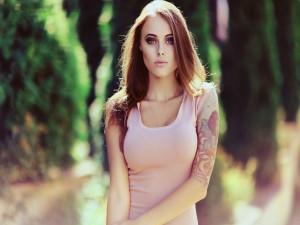 Chica con un tatuaje en el brazo