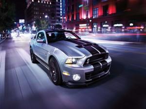 Ford Mustang GT500 en una calle