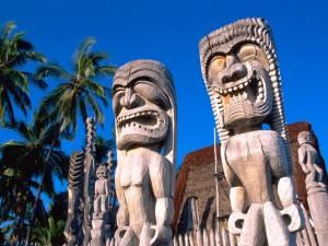 Estatuas en Puʻuhonua o Hōnaunau National Historical Park (Hawái)