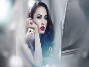 Megan Fox maquillándose frente al espejo