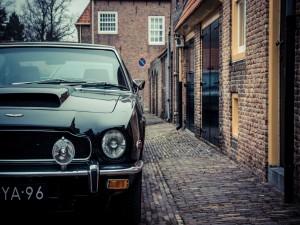 Aston Martin junto a unas casas