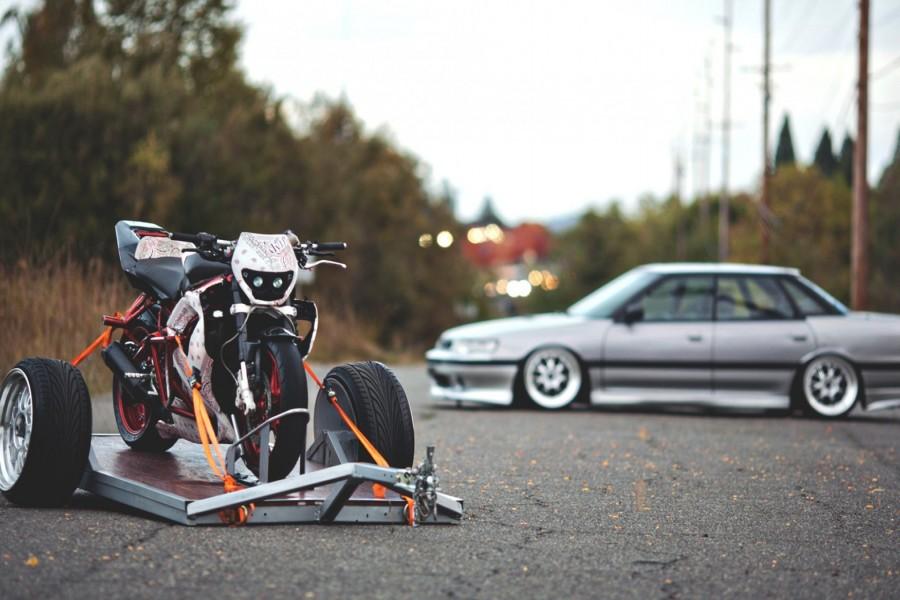 Moto en un remolque