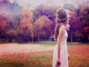 Chica con un vestido blanco en otoño