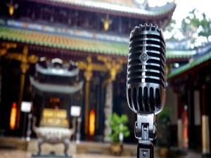 Micrófono en un patio oriental