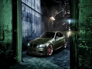 BMW M3 verde en un túnel