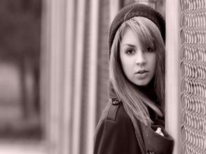 Chica junto a una valla