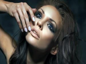 Mujer con los ojos maquillados
