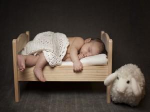Bebé durmiendo en una pequeña cuna