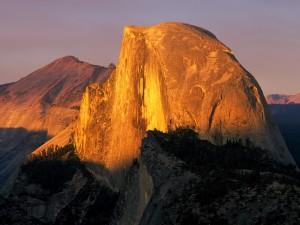 Sol iluminando el Parque Nacional de Yosemite