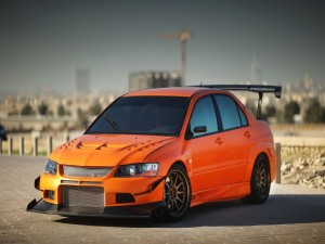 Mitsubishi Lancer de color naranja