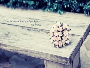 Bouquet de rosas sobre un banco de madera