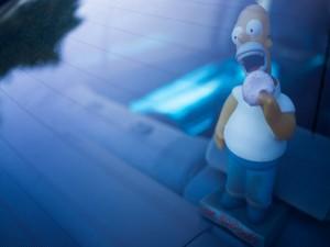 Homer comiendo una rosquilla