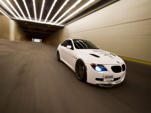 Un BMW M6 en un túnel