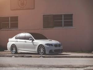 BMW 550 iluminado por el sol