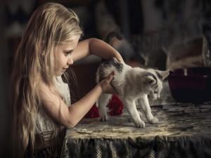 Una niña jugando con un gato